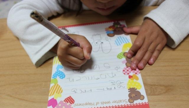 手紙を書く子供